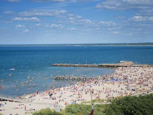 På sommaren är stranden i Båstad full av badgäster.