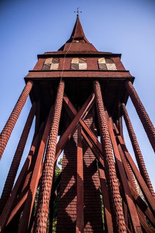 Den röda klockstapeln från Hällestad i Östergötland är en klassisk Skansen-byggnad.