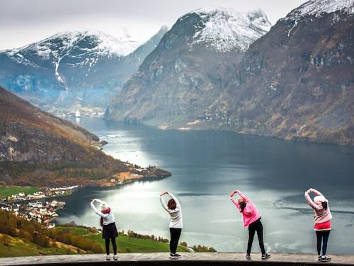 Vid fjorden går vandrings- och cykelleder.