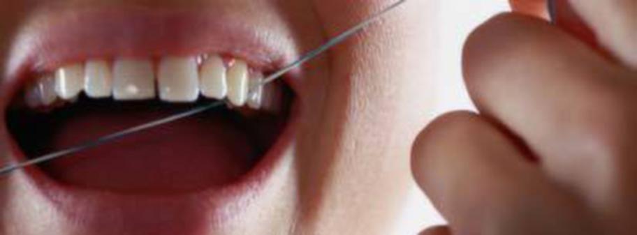 Att använda tandtråd regelbundet hjälper till att få bort dålig lukt.