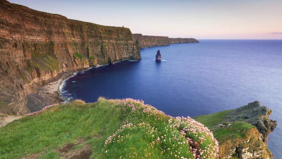 <p>Cliffs of Moher är västra Irlands största turistmagnet som lockar med sina dramatiska klippor.</p>