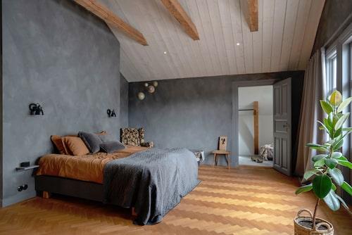 I parets sovrum har taket öppnats upp till nock. Kattvindarna byggs om till två klädkammare. Vägglampor, Markslöjd. Sängkläder och kuddar, H&M Home. Sängöverkast, Netto. Mobil, Authentic Models. Fåtölj och trästol, arvegods.