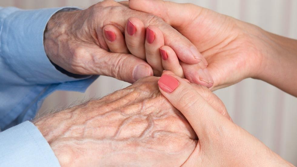 """""""Allt fler som jobbar på äldreboenden och inom hemtjänsten har ett annat modersmål än svenska"""", skriver Anna Bäsén."""
