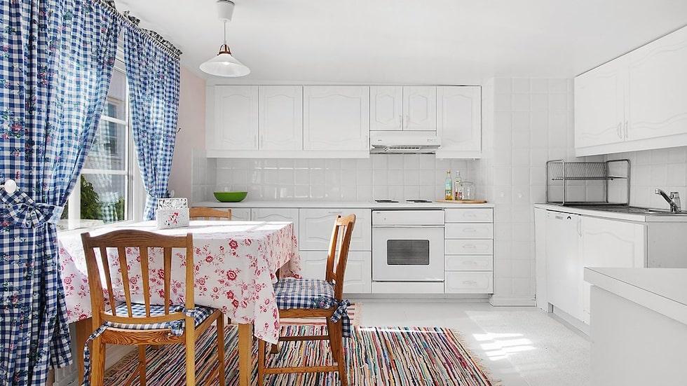 Till vänster om hallen finns det ljusa köket med plats för mindre matgrupp. Köket är utrustat med kyl, frys, diskmaskin, spis, fläkt och ugn.
