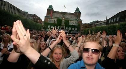 Över 10 000 hade samlats på Stora torget i Borås för att underhålla och ha kul. Melody Club var en av de akter som stod på scen under torsdagskvällen.