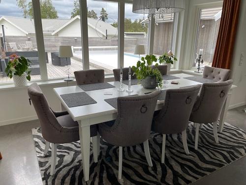 Stilren matsalsmöbel hos familjen Janebrink.