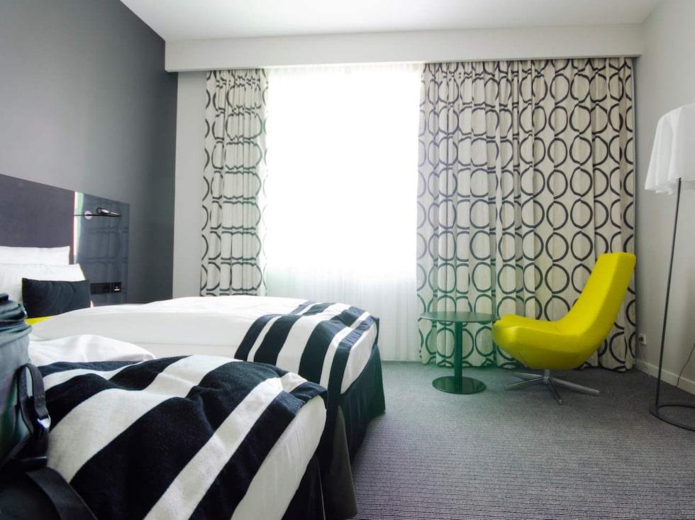 Gardiner och badrumsgolv hör till det smutsigaste i hotellrummet.