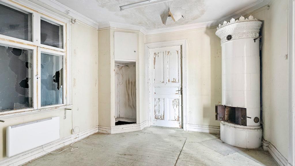 En vacker gammal kakelugn fanns i huset, som i övrigt hade stort behov av renovering.