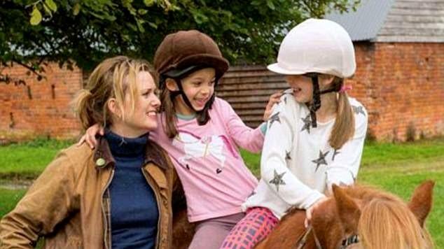 Joanna med sina döttrar.