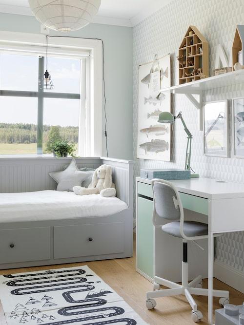 Nils rum har fått en ton av ljust grönt som grund. Stol, skrivbord och säng, Ikea. Tapet, Trapetz, Boråstapeter.