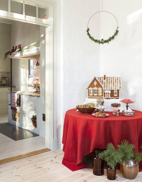 Pepparkakshuset är tillverkat av Mikael och är en miniatyr av familjens hus. Linduk, Hemtex. Övrigt är köpt på diverse loppisar.