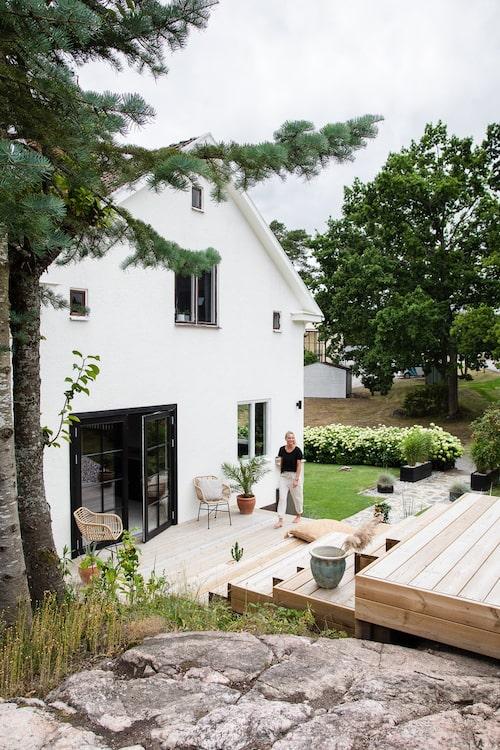 Från berget har man utsikt över huset och trädgården.