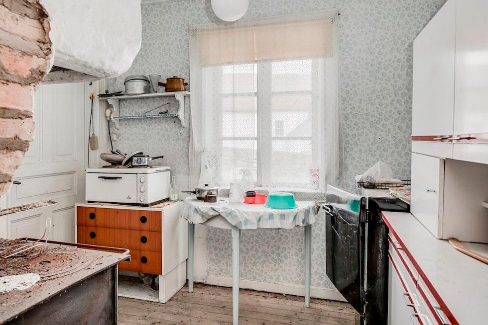 Köket har en gammal inmurad vedspis...