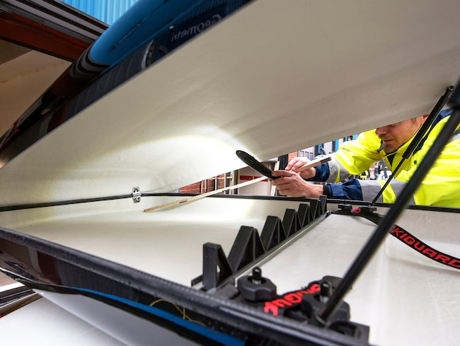 En av takboxarna inspekteras efter att ha utsatts 15 minuters kraftigt regnande.