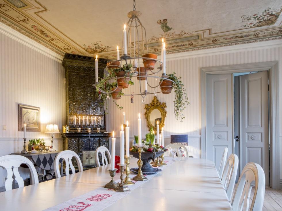 Matsalen. På jul samlas alla gästerna i den ståtliga matsalen för att äta och umgås. De praktfulla takmålningarna för tankarna till förra sekelskiftet. I jultid tänds levande ljus och på självaste julafton eldas det i den pampiga kakelugnen. På bordet står ljusstakar i mässing från Britts stora samling.
