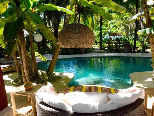 La Casona, byggd i kolonialstil och med en vacker pool, är den största villan.