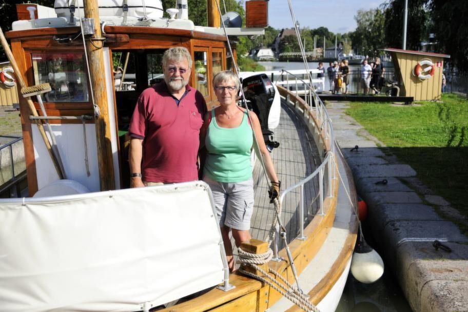 Christer Samuelsson och Anna-Lena Sånnell på båten i Mem.