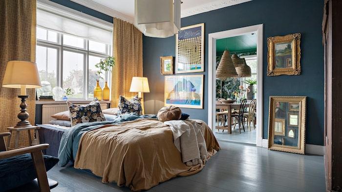 Ett av sju sovrum. Guldgul och dov gråblå färg i härlig mix.