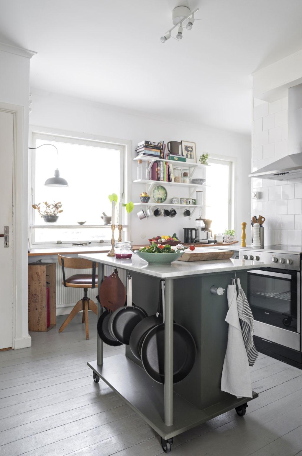 Köksön har Anna och Jörgen byggt av mdf med en toppskiva av carraramarmor. Skärbrädan har en vän till familjen gjort.