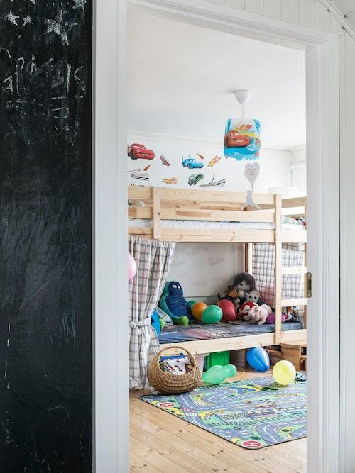 Väggen utanför barnrummet fungerar som griffeltavla. Våningssäng Mydal, Ikea.