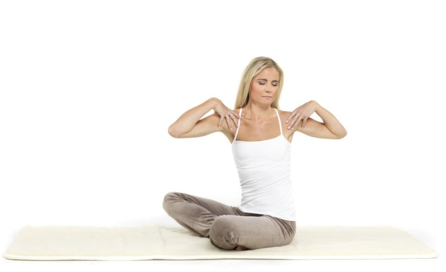 3. Ryggvridning: Lägg händerna på axlarna med fingrarna framåt och tummarna bakåt. Andas in och vrid kroppen åt vänster, andas ut och vrid kroppen åt höger. Huvudet följer passivt med kroppsrörelsen. Andningen ska vara lugn och djup.