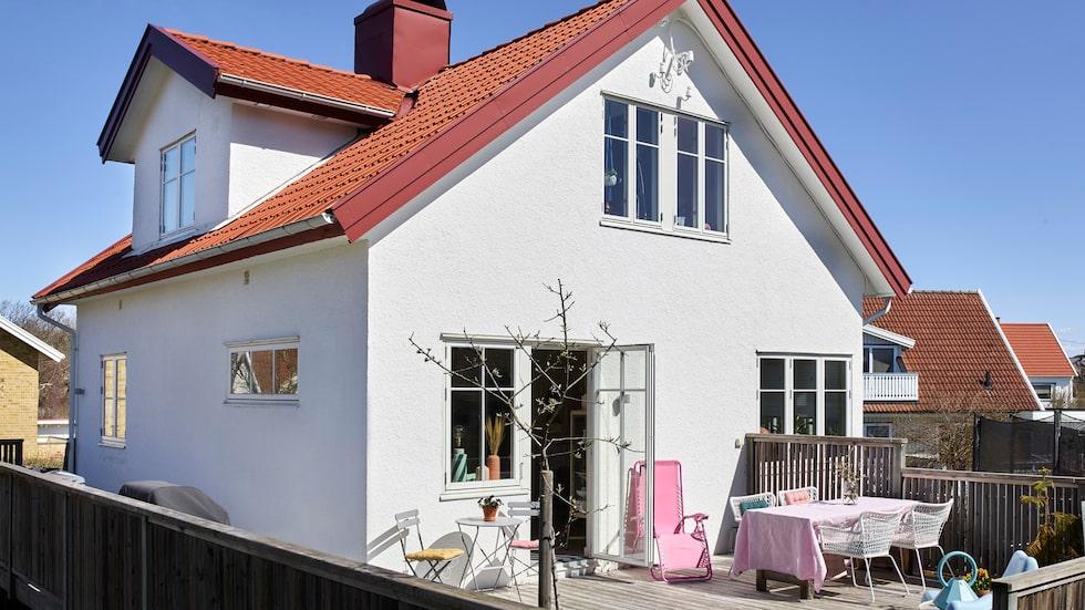 Skärgårdshuset som är byggt 1951 ligger ett stenkast från vattnet på Donsö i Göteborgs södra skärgård. Trädgården är inte så stor men har en härlig terrass.