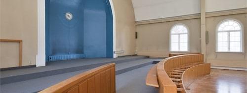 Allt är intakt, här ser vi altaret i stora salen.
