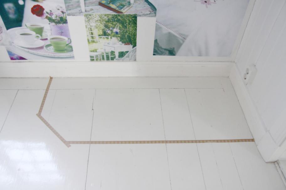 Välj ut en plats där garderoben ska byggas och töm utrymmet. Mät och markera med tejp på golvet för att testa och bestämma måtten på garderoben.