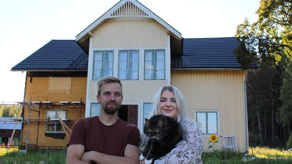 Johan Einarsson och Emilia Karlsson, båda 26 år, köpte ett ödehus i i värmländska Sörmark för två år sedan. Nu bor de i huset samtidigt som de renoverar för fullt.