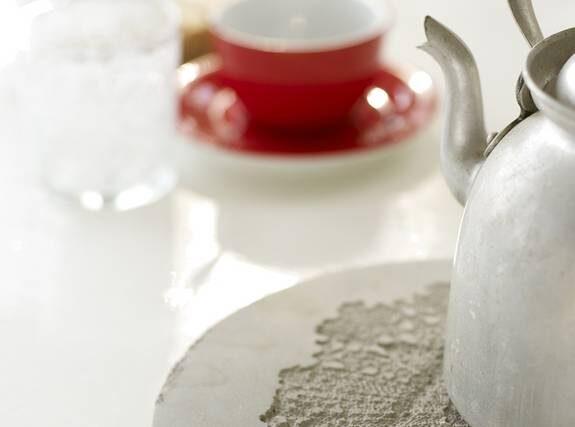 Snyggt under. Ställ kaffepannan på spetsmönstrad betong.