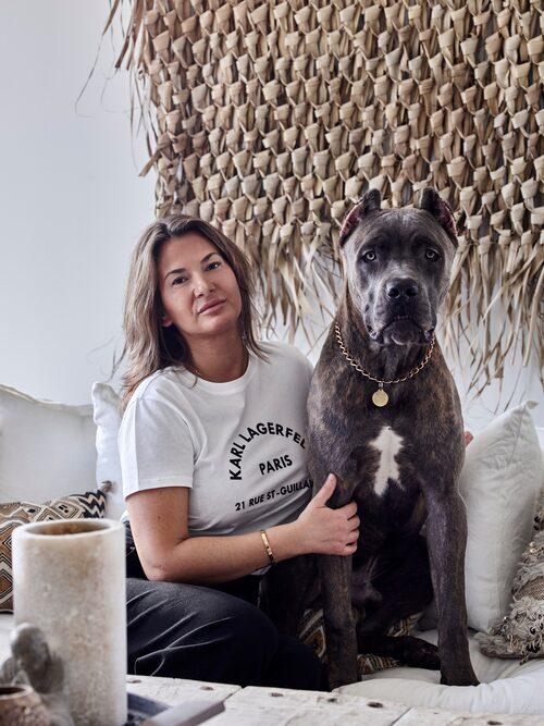 Patricija och hunden Maximus, av rasen cane corso.