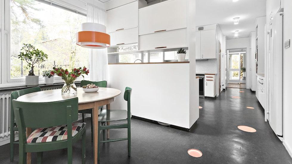 Matplatsen i anslutning till köket. Även den i 60-talsstil.