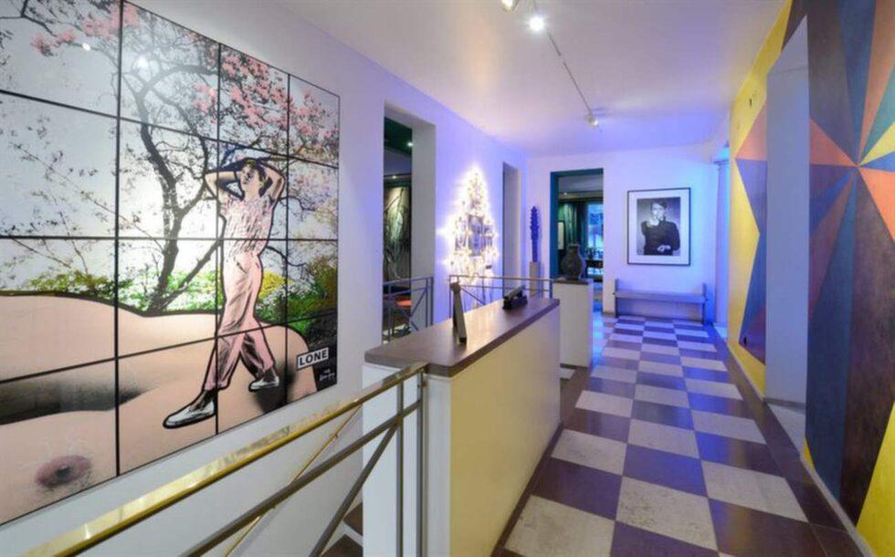 Hall med golv av öländsk och gotländsk kalksten i schackmönster.