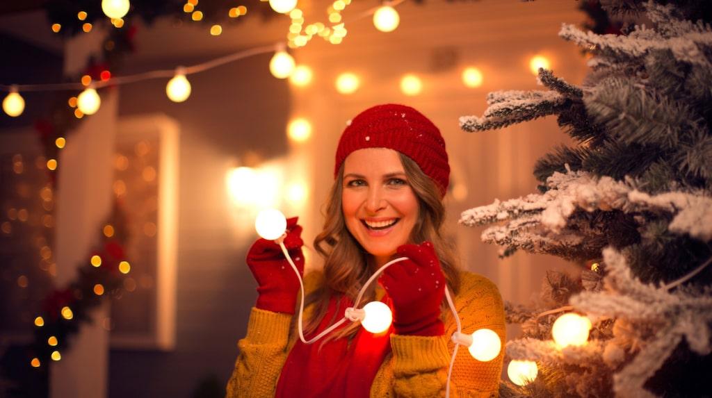 Belysning i fönster, i granen och utomhus hör julen till. Men hur vet man om den är säker?