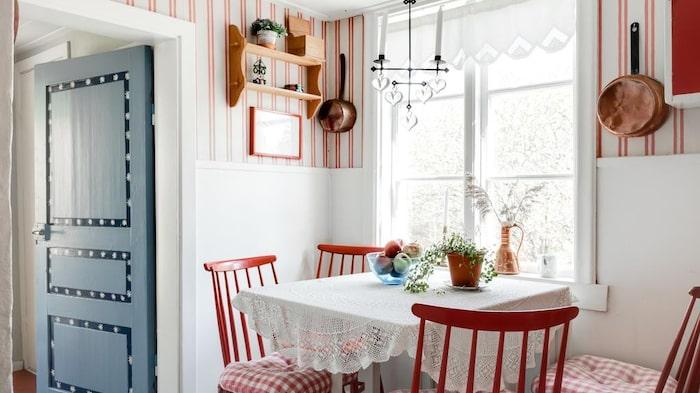 Möbler och prylar som finns i huset på visningen ingår i köpet.