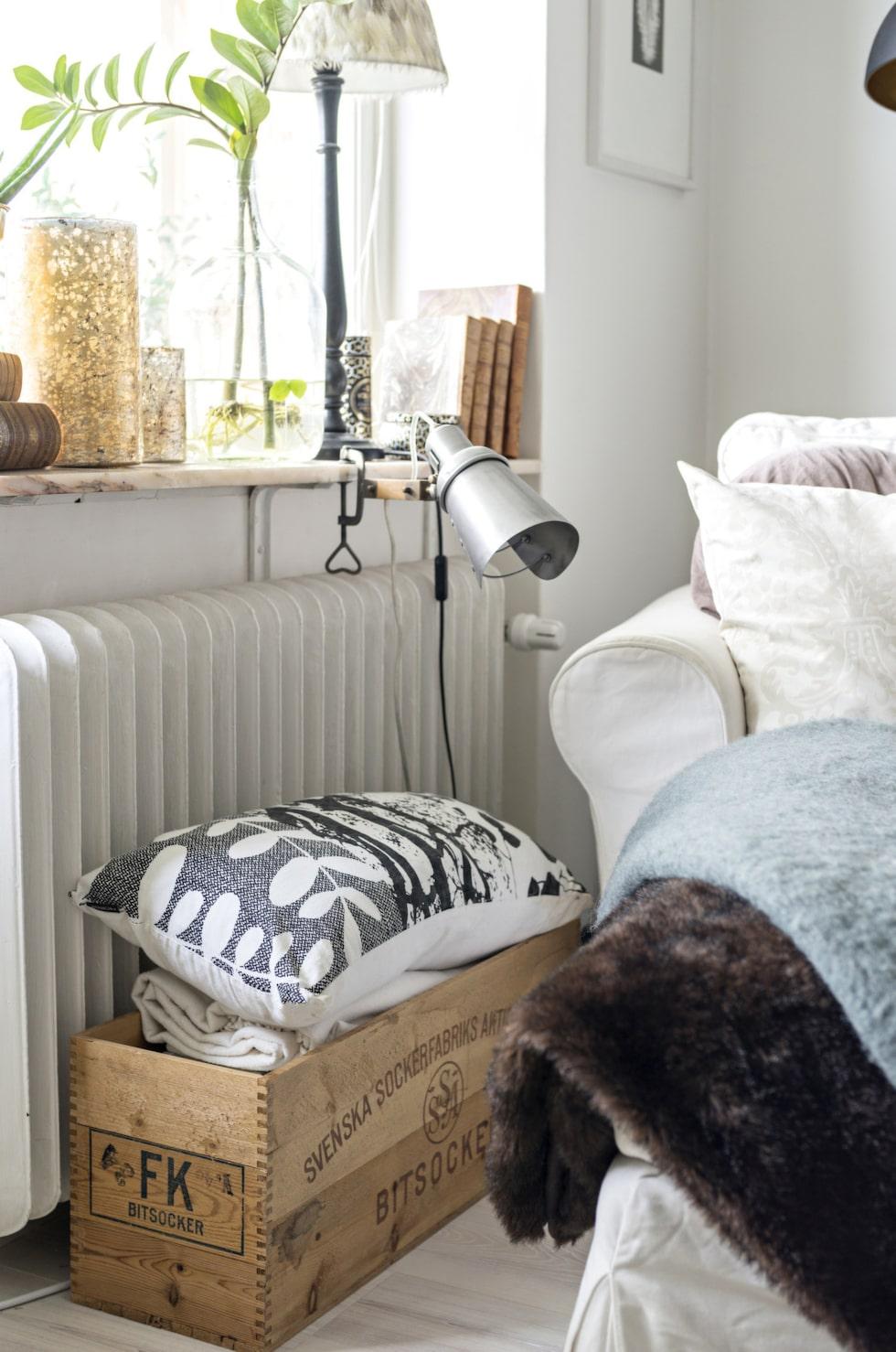 En smart idé är att utnyttja ytor i rätt höjd för läsbelysning. Här hamnade spotlighten på fönsterbänken i stället för på väggen. Lampa från House doctor, sockerlåda från Evas mamma och schäslongen från Ikea.
