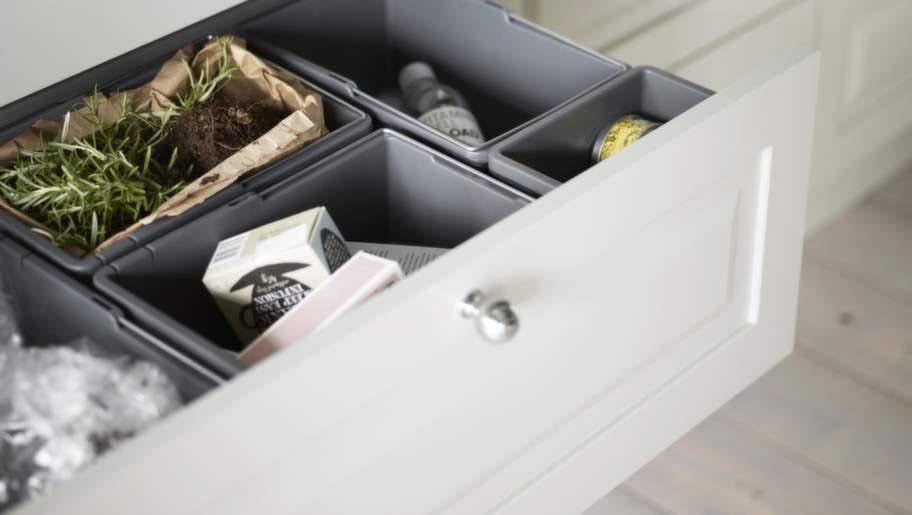 <strong>7 Välj inredning med omsorg</strong><br>Köket blir mycket enklare att arbeta i om var sak har sin plats. Till exempel finns bestickinsatser, knivförvaring, kryddbehållare, lådavdelare och praktiskt utformat avfallssystem. Lådbelysning är en smart funktion. Vill man inreda ett städskåp finns speciell inredning för detta. Avfallssortering Cube smart är ett bra alternativ till traditionell avfallssortering i diskbänkskåp. Kök från Vedum.