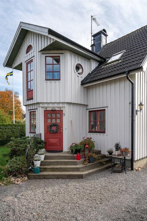 Bakom den ljusgråklädda träfasaden och de rödmålade fönsterspröjsen har Anna Tornkvist och sambon Fredrik Carlsson realiserat sin gemensamma husdröm.
