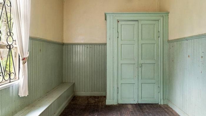 Platsbyggda sittbänkar i kapprummet.