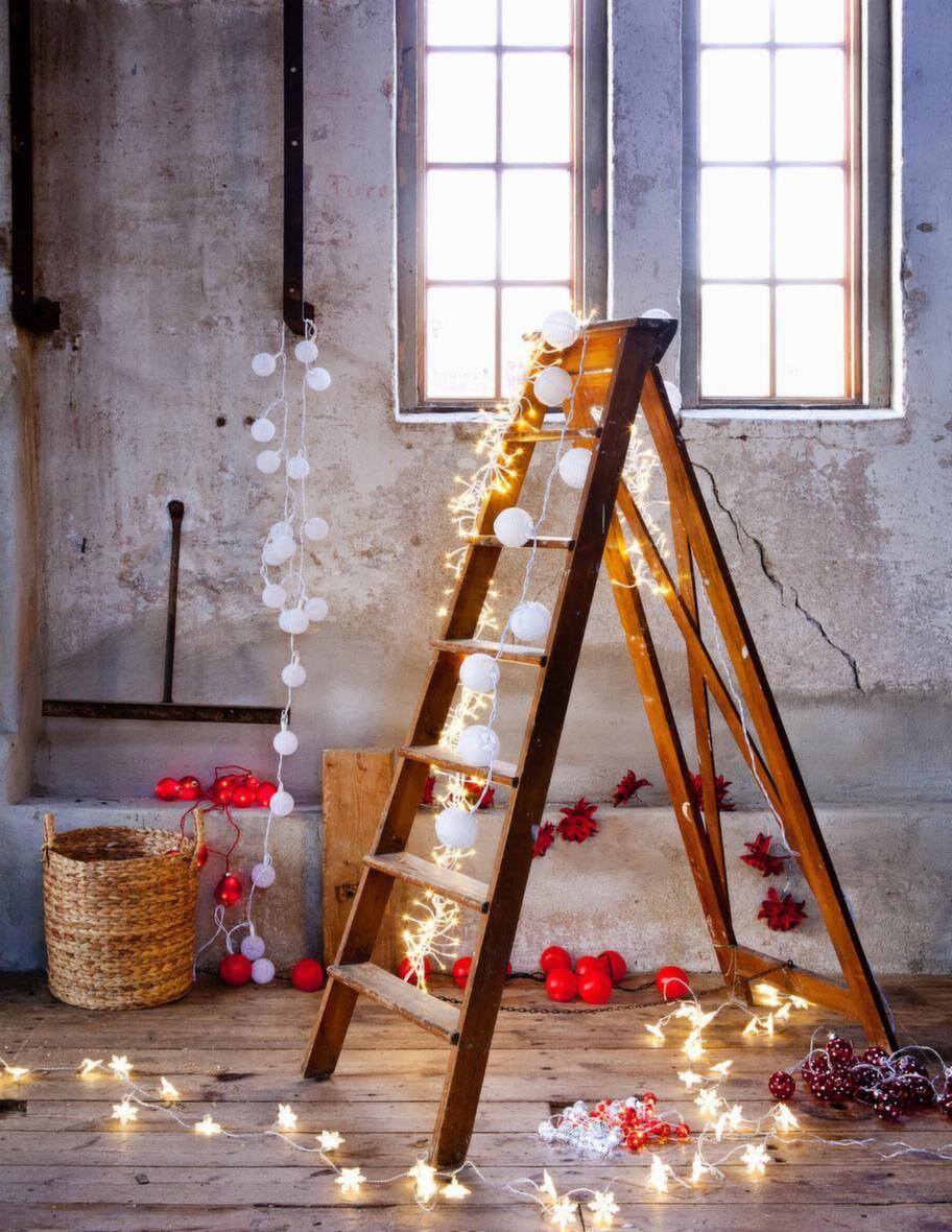 LJUS & MÖRKERPå väggen hänger en vit slinga med snöbollar, 199 kronor, Houseohold. Nedanför, de röda kulorna, 229 kronor, Åhléns. På golvet ligger röda äpplen, slingan Stråla för utomhusbruk, 199 kronor, Ikea. Ovanför tygblommorna Dahlia, Watt & veke, 329 kronor, Household. På stegen, till höger vita bollar, 299 kronor, Åhléns. Den vita slingan som lyser, kan användas både ute och inne och finns i flera färger, 299 kronor, Rusta. Den vita slingan längst fram, Stråla, 199 kronor, Ikea. Vit och röd slinga som ligger i en hög, 49 kronor styck, Clas Ohlson. Drivs med batteri. Till höger ligger röd- och vitprickiga kulor, 129 kronor, Ica Maxi.