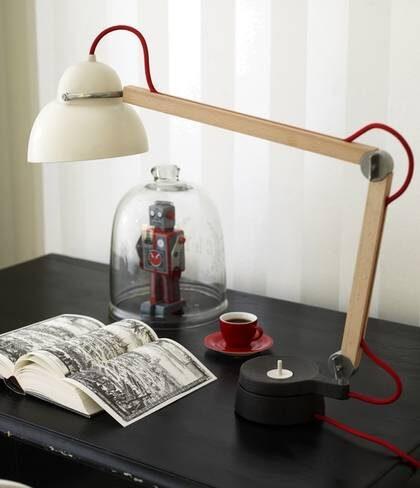 Gärna järn. Bordslampa Studioilse wo8 i gjutjärn, trä och porslin, 3 300 kronor, Wästberg. Espressokopp, 79 kronor, Room. Robot, 175 kronor, Asplund.
