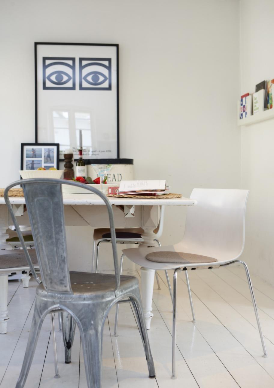 Omaka stolar.<br>Köksbordet är från slutet av 1800-talet och en gåva från Johannas föräldrar. De vita stolarna är Arpers Catifa 53, och stolen i förgrunden kommer från franska Tolix.