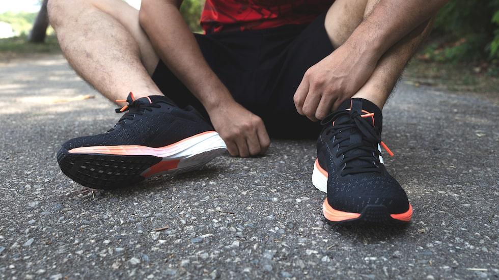 Satsa på ett par bra walkingskor med hög dämpning och stabilitet för att slippa smärta.
