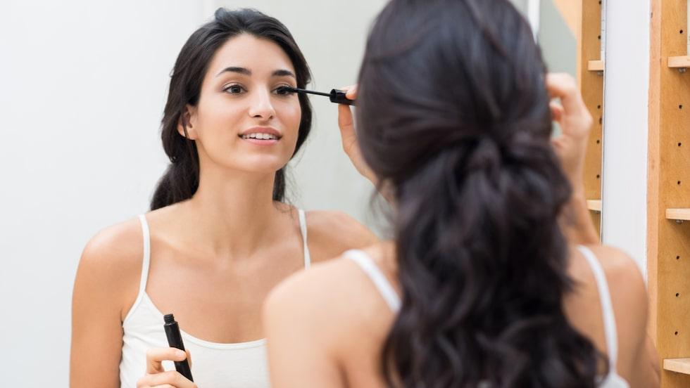 Det finns flera anledningar till att göra egen mascara. Förutom att vi måste minska på konsumtionen är det bra för både miljön och för dig.