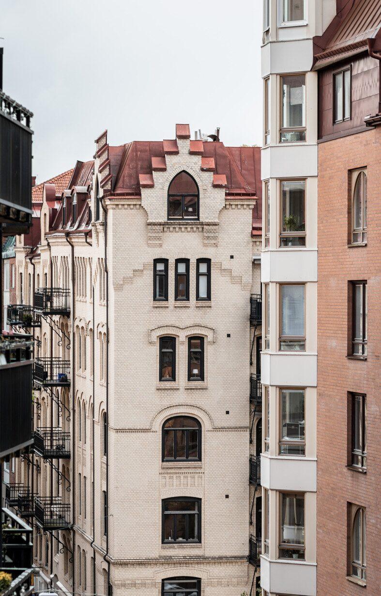 Huset är byggt i början av 1900-talet och våningen är på två rum och kök på cirka 86 kvadratmeter.