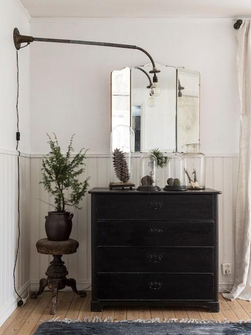 Sovrummet är gediget och ombonat. Kottar och tallris skapar julkänsla. Lampan är tillverkad av en gammal duschstång.