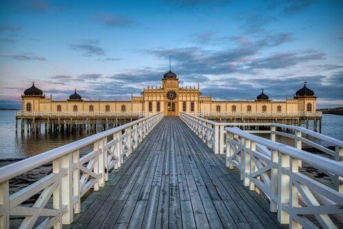 Kallbadhuset i Varberg är uppförd i nymorisk stil, inspirerad av arkitekturen i Nordafrika och området på iberiska halvön där morerna härskade mellan 711 och 1492.