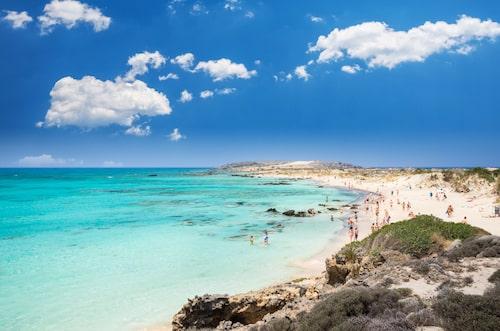 Över två miljoner turister besöker varje år Kreta – många för att bara sola och bada, andra för att även uppleva en rik kultur och historia.