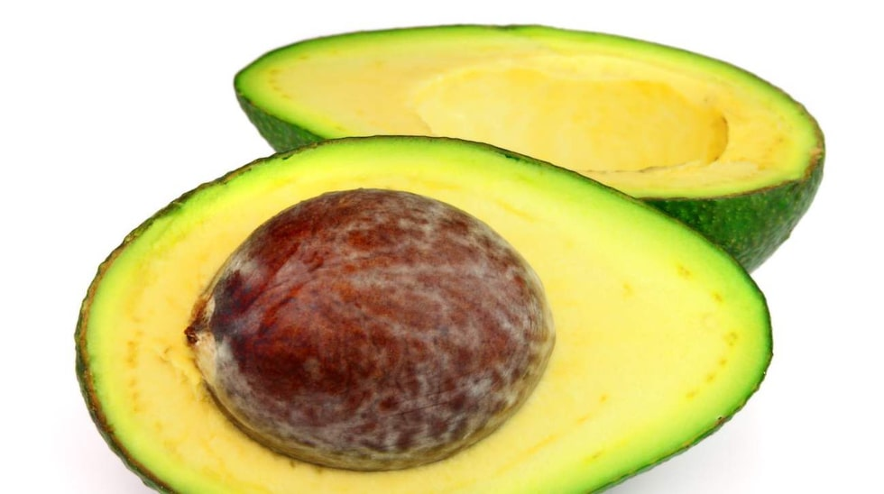 En halv avokado (50 gram), cirka 85 kcal.