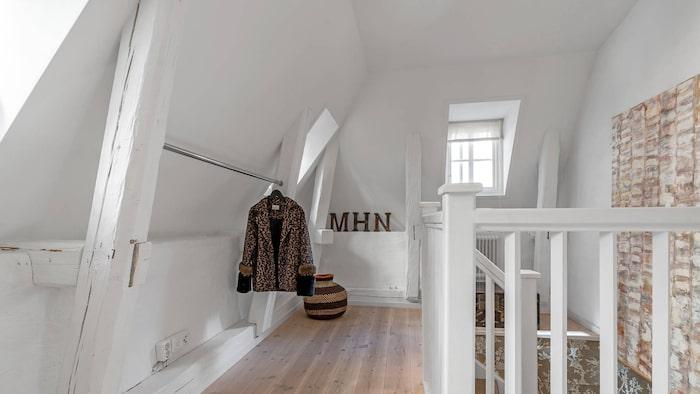 Vy från sovrum/vardagsrum mot trappan.